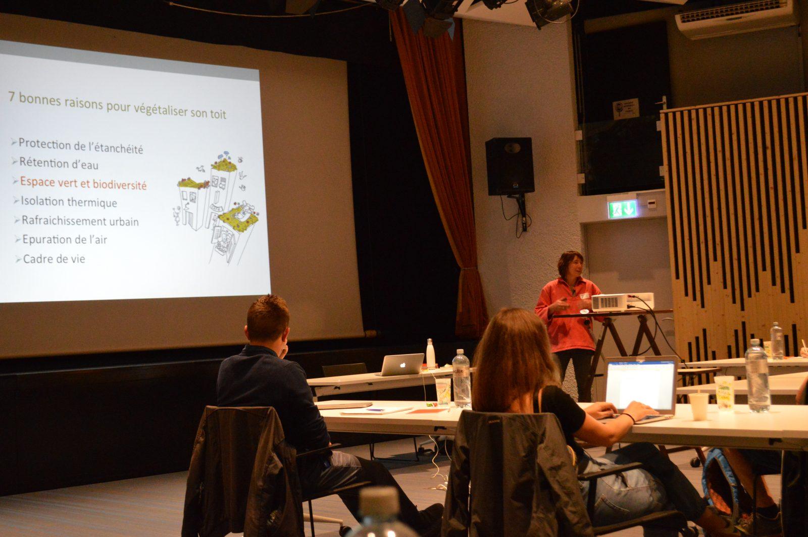 Dans la partie théorique du matin, Aino Adriaens, biologiste et jardinier, nous a expliqué comment la biodiversité sur les toits peut être favorisée par une planification et un entretien professionnel.